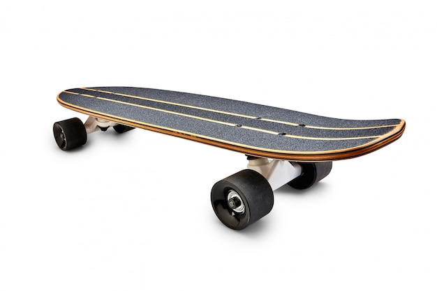 分離された黒と木製のスケートボードの背面図