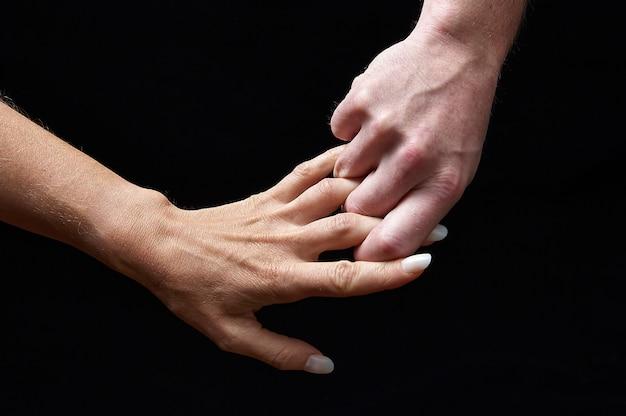 Мужские и женские руки вместе, показывая эмоции
