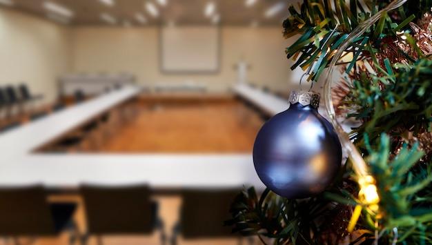 Комната деловой встречи в офисе и новогодняя елка
