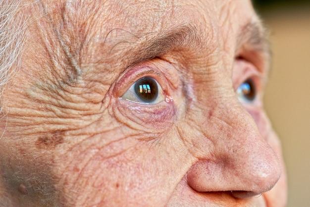 高齢者の女性の目のマクロの表示