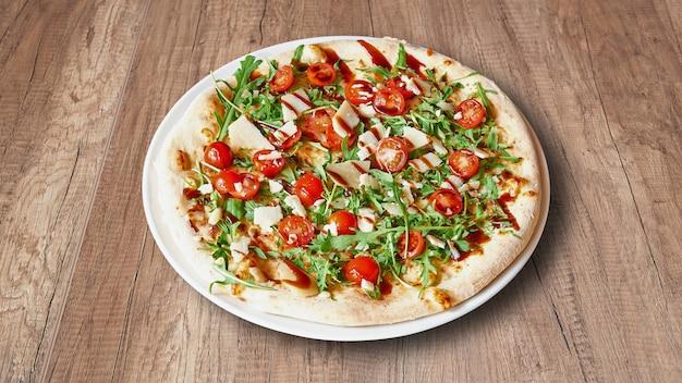 Тарелка вкусной пиццы с ингредиентами