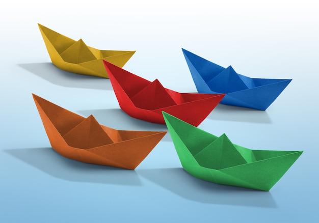 Коллекция красочных бумажных корабликов