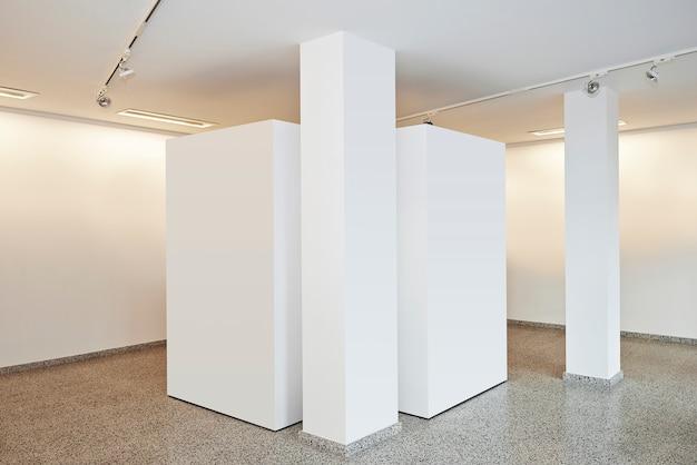 Выставочная галерея с белыми стенами