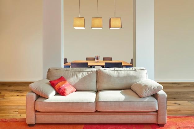 Элегантный классический диван спереди в роскошной квартире