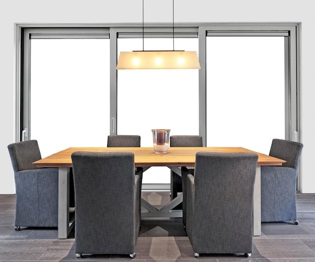 Элегантный классический обеденный стол с большими окнами