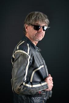 Портрет мужчины с кожаной байкерской курткой