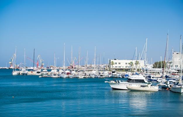 クレタ島の港で晴れた日