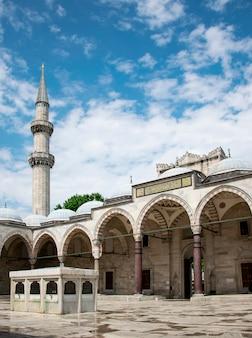 トルコ、イスタンブールのスレイマニエモスクの中庭の日当たりの良いビュー