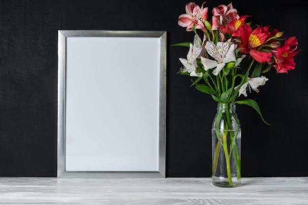 アルストロメリアの花と白いフレームコピーテキスト用のスペース