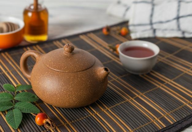 健康的な天然ハーブティーとアジアの伝統的なティーポット