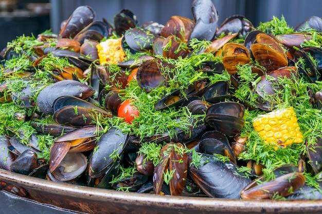 焼きトウモロコシ、トマト、ハーブ入りムール貝の殻