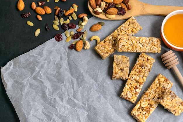 健康的な自家製グラノーラシリアルバー、ナッツ、ドライフルーツ、蜂蜜