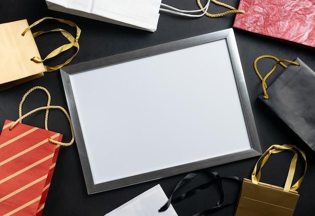 多くの紙のページ、大きな販売で空白の白いフレーム。ブラックフライデーの広告。平置き