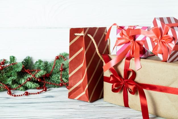 クリスマスプレゼント、装飾、木製のモミの枝。