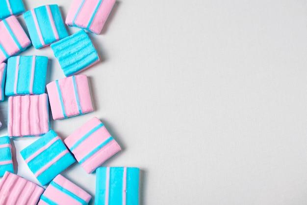 カラフルなピンクとブルーのマシュマロがたくさんある抽象的な背景。フラット横たわっていた