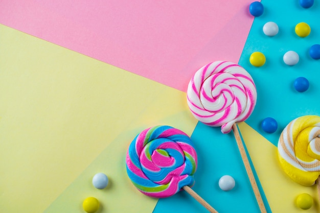 明るくカラフルな甘いキャンディーとキャンディーの背景