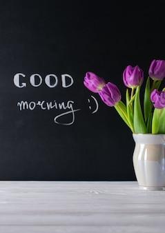 おはようカード、チョークボードの文字と美しい紫チューリップの花束
