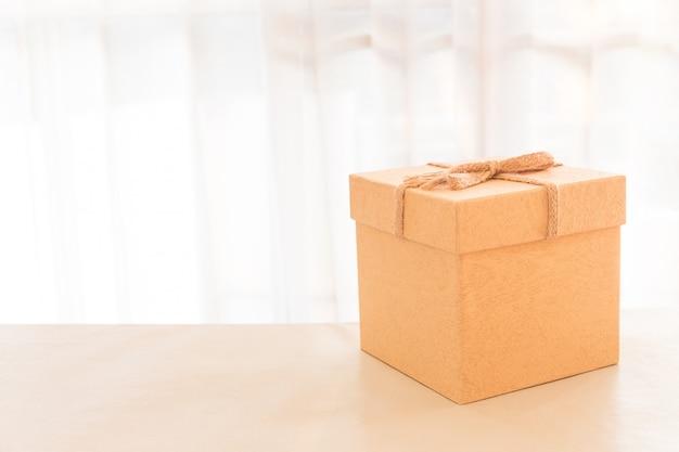 Коричневая коробка посылок в домашнем офисе.