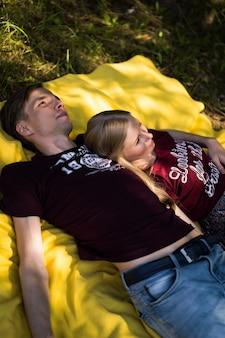愛の若い幸せなカップル。抱っこ、キス、ピクニック。