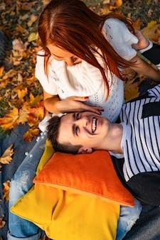 秋の公園で恋人の男と女