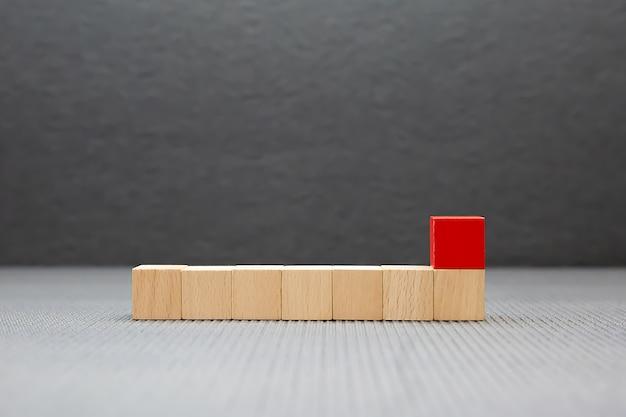ビジネスデザインコンセプトと子供の基礎練習スキルの活動のためのグラフィックスなしで積み重ねられた立方体形状の木製ブロックグッズ。