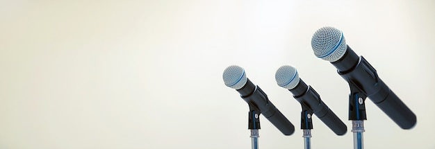 人前で話す、歓迎またはおめでとうスピーチの仕事の成功の背景概念のスタンドにマイク。