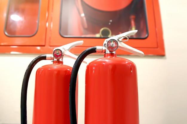 安全と火災防止のために消防室にある赤い消火器タンク。