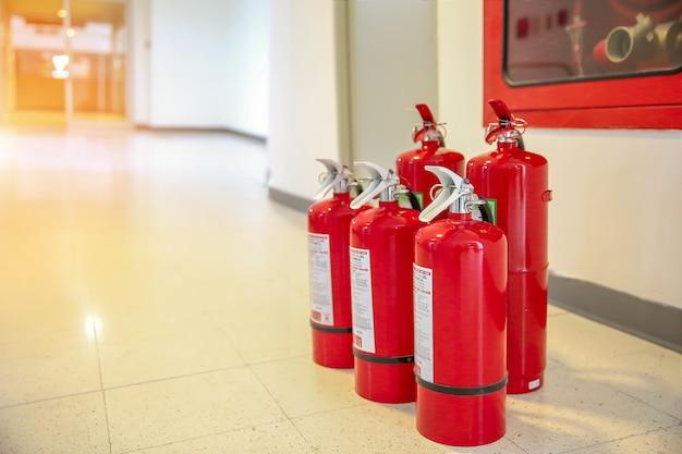 消火器の赤いタンクは強力な産業です。防火のための緊急および安全装置の概念。