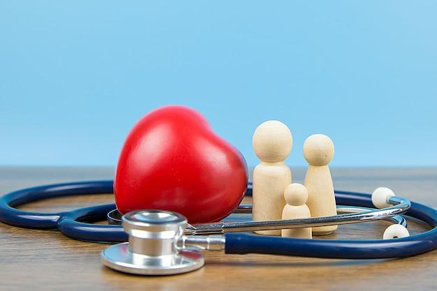 Семья с стетоскоп и красным сердцем.