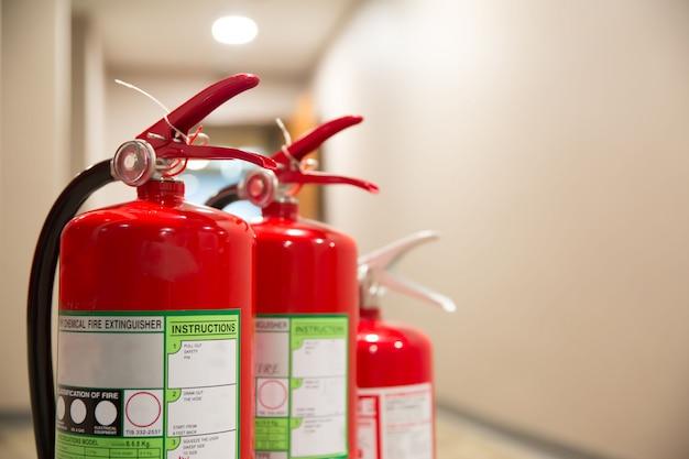 火災の安全と防止のための消火器の赤いタンク。