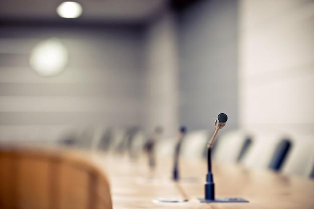 Профессиональная встреча микрофон на столе.