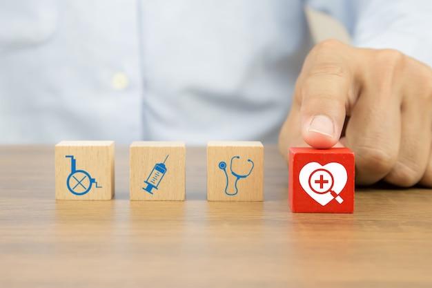 Значок сердца на деревянных кубиков игрушечных блоков и других медицинских иконок