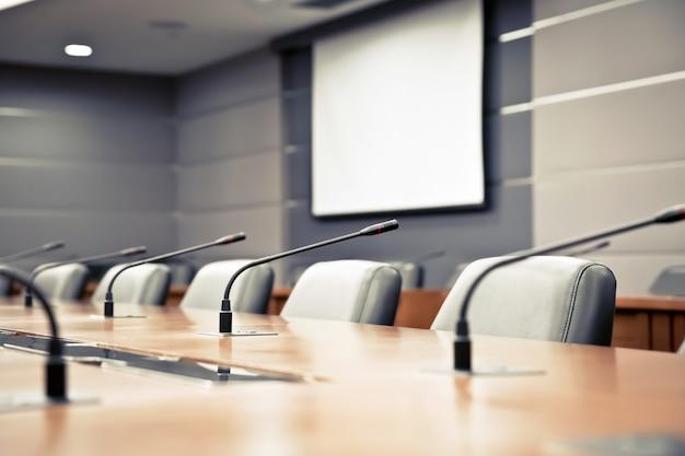 会議室とプロの会議用マイク。