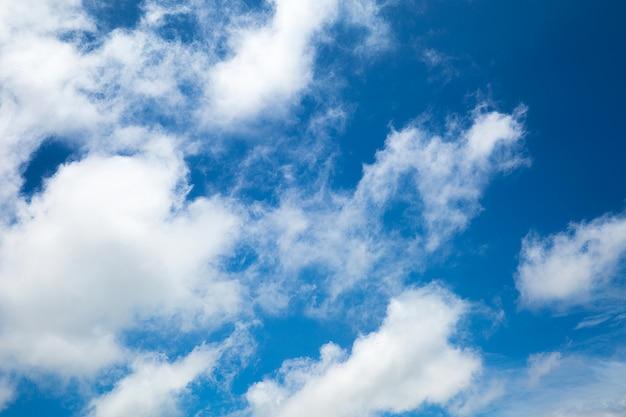 雲の背景と青い空
