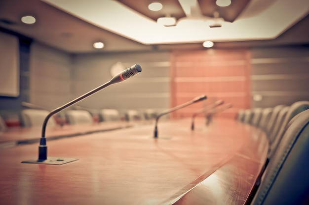正式な会議のためにテーブルに設置された会議用マイク