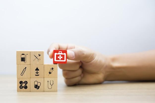 医療と健康ウッドブロックのコンセプト。