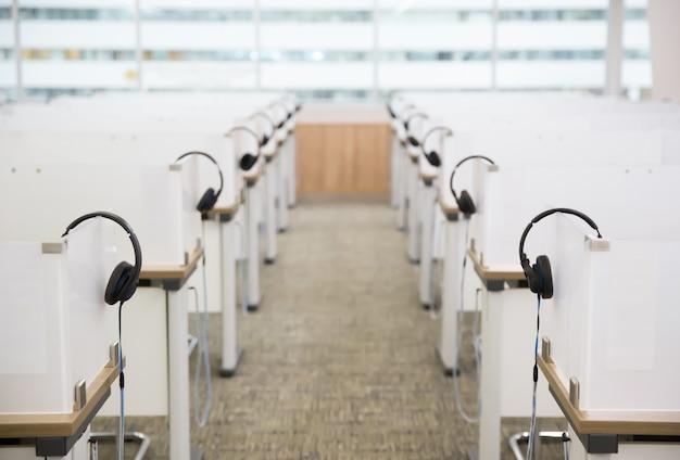 コールセンターの多くのヘッドフォン。
