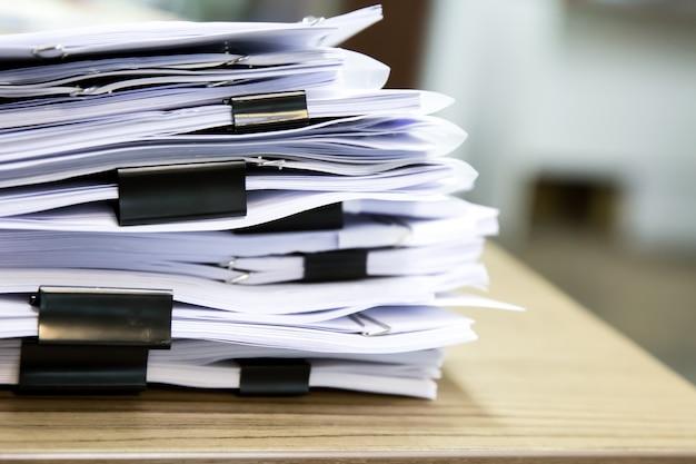 机の上の書類の山。