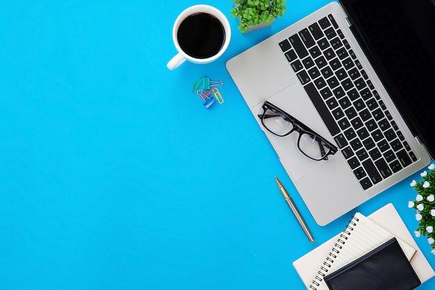 ラップトップコンピューターと近代的なオフィスデスクワークスペース