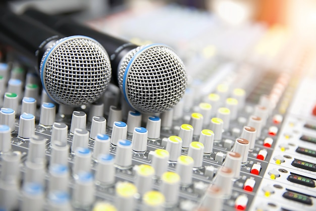 Микрофоны ставят на звуковой микшер