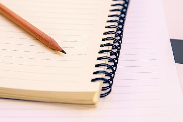 テーブルの上の鉛筆とノート