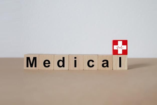 医療と健康のアイコンと積み上げウッドブロック