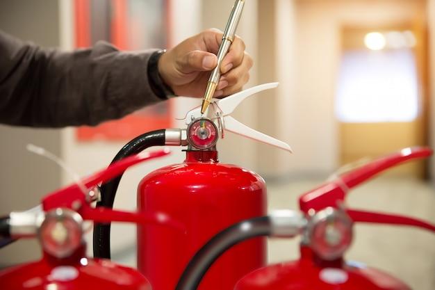 Инженеры проверяют огнетушители.