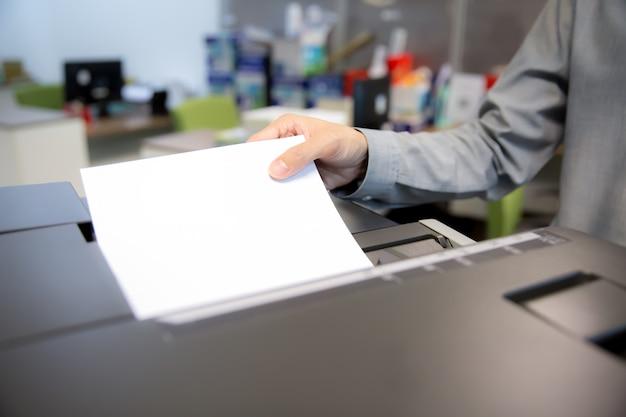 Бизнесмены используют ксерокс.