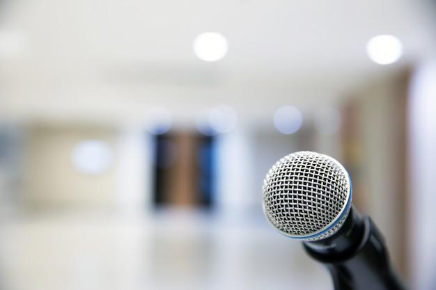 Микрофон на подставке для публичных выступлений.