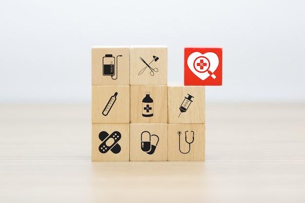 医療と健康のグラフィックス木製ブロック上のアイコン。