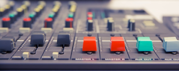 Звуковой микшер и оборудование, связанные в конференц-зале.