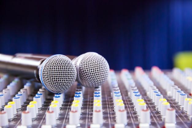 Звуковой микшер и микрофоны в конференц-зале
