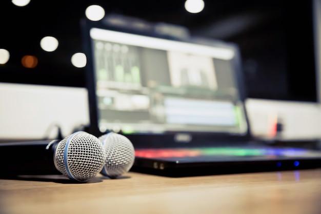 Профессиональный микрофон на столе.