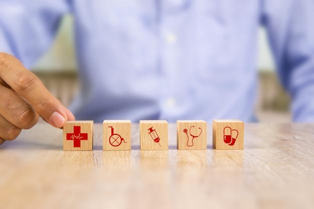 木製のブロックにヘルスケアと医療のシンボル。